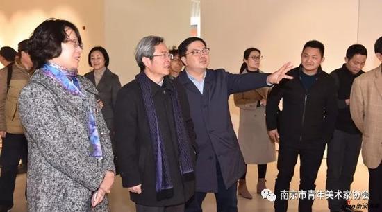 南京市青年美协常务副主席尚荣向南京大学党委常务副书记杨忠介绍创作心得