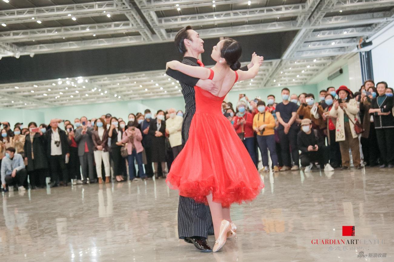 展览现场,舞蹈演员跳起热情的国标舞,致敬高占祥先生为舞蹈艺术做出的贡献