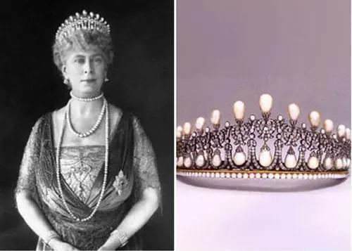 """玛丽王后(左图)曾戴上原版的""""珍珠泪""""冠冕(右图)。"""