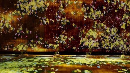 "teamLab艺术""花与人""的金色版,首次在国内绽放;而且随着碰触与抚摸,花瓣散落都是经过即时程序反应,永远不可能出现重复的画面,是唯一的珍贵时刻"