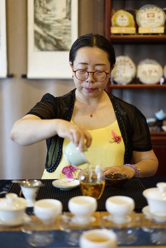 中国茶高级茶艺师和高级评茶员——包福英