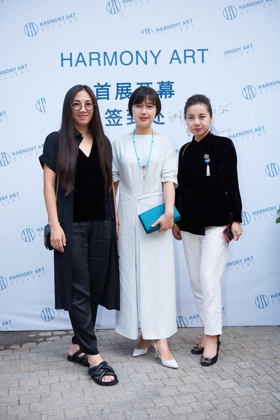 从左到右依次:艺术家田园女士、外滩名媛会主席朱敏女士、雅昌艺术中心负责人李凤女士