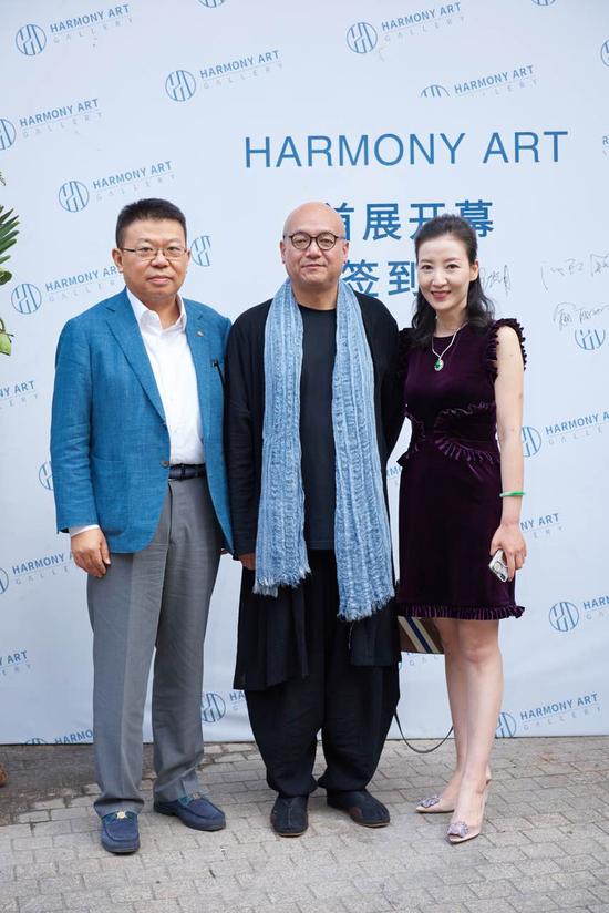 大憨法师(中间)与华藏珠宝总裁沈焱夫妇