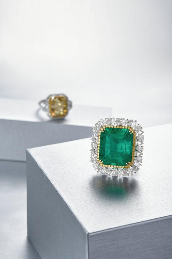 EMERALD AND DIAMOND RING   25.25克拉 天然'哥伦比亚'祖母绿 配 钻石 戒指