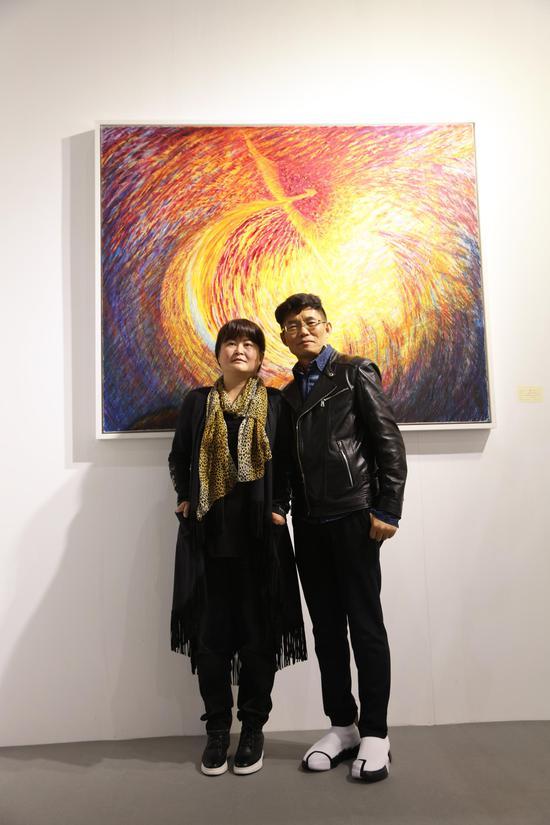 艺术家王冰(左)与策展人Victor hu合影