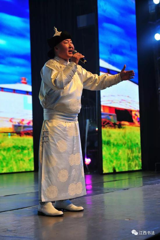 男声独唱:《呼伦贝尔大草原》《我的根在草原》表演者:蒙古族青年歌手斯庆·呼雅格
