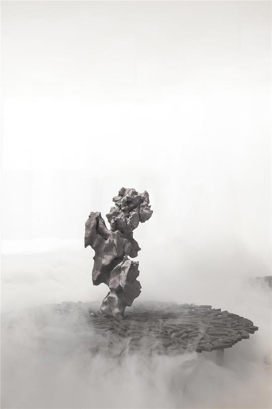 《自在》(局部),2017年2019年 ,钢铁碎片焊接,音乐,水雾,空间装置