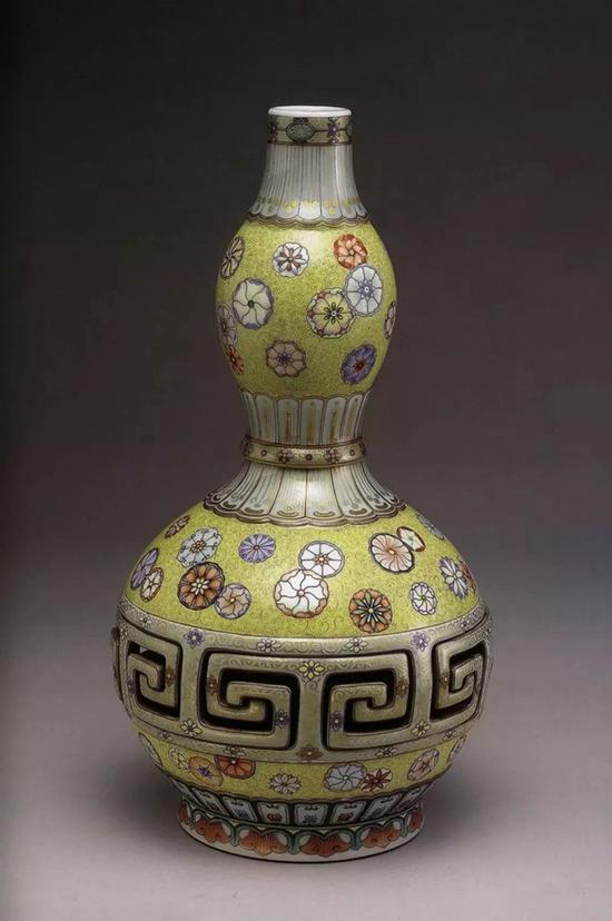 台北故宫博物院藏乾隆磁胎洋彩转旋葫芦瓶