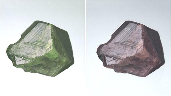 即使是原石,70.94 克拉亚历山大变石的颜色变化也具有吸引力。