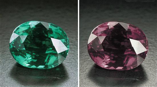 这颗 7.19 克拉的亚历山大变石利用切工突显了颜色变化的魅力。在日光下宝石呈蓝绿色,而放到白炽灯下则变成了红紫色。