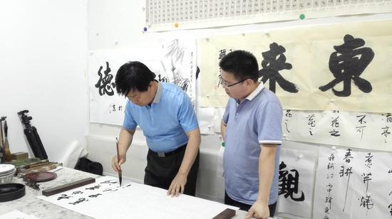 著名书法家韩尧广现场指导刘春龙书法
