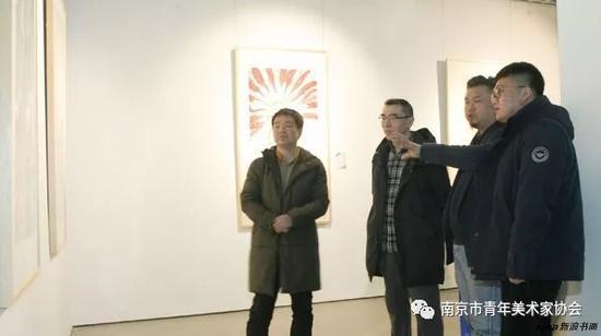 南京市青年美协副主席范文道、任大庆和青年艺术家一起交流探讨作品
