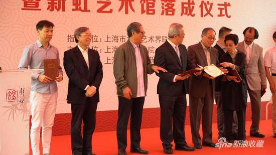 上海中国书法院院长周志高、副院长张耀伟、陈燮君、吴申耀、田金生为上海中国书法院海外名誉院士颁发聘书