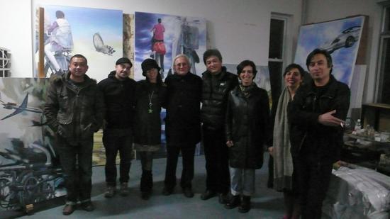 智利当代美术馆馆长一行访问张鹏野宋庄工作室留影,右四为张鹏野