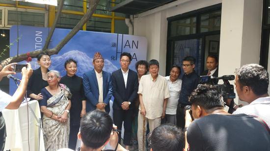 左起-王琳.尼泊尔美术学院副校长Ms.Sharda Chitrakar 女士.中国驻尼泊尔使馆文化处主任次白女士.尼泊尔部长.江立成.蒋奇谷.林鹏程