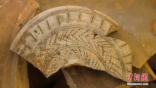 这次考古发掘,出土的文物还包括汉代筒瓦及板瓦等建筑材料,也不乏做工精巧的瓷器精品