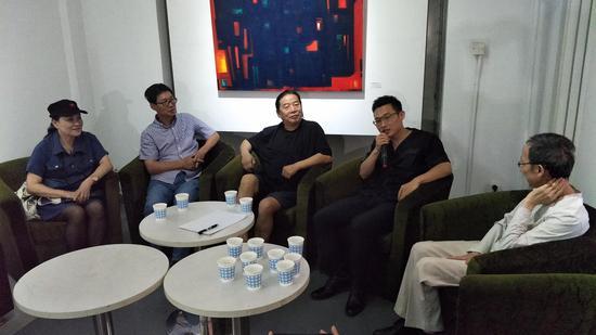 从左至右~策展人林楠,学术支持人段延安、张国龙、段君、杭法基在展览学术研讨会现场