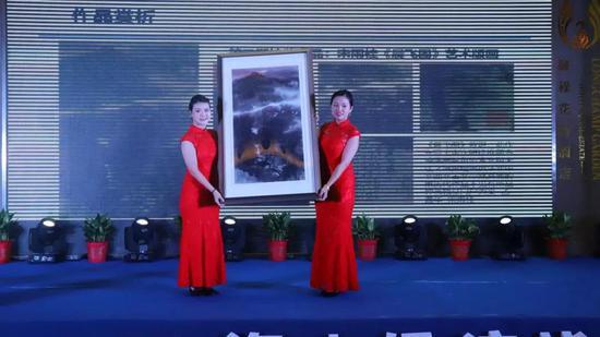现场展示宋雨桂先生画作《晨飞图》艺术版画
