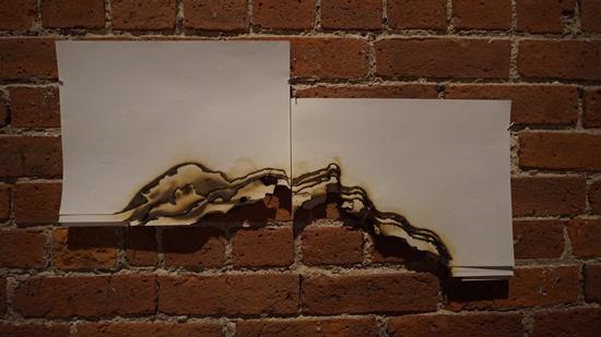 在艺术家王珣的作品Wave (2015),火焰燃烧后的痕迹巧妙转为介于物性与图像之间的存在。图片致谢Novado Gallery