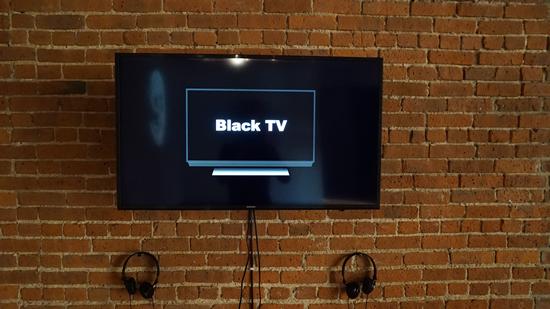在艺术家茅居一的展示的三个作品中的其中一个Black Tv (2017),作品在内容与形式之间建立了巧妙的莫比斯圈关系。图片致谢Novado Gallery