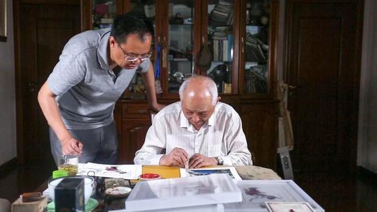 颜梅华为其限量签名原作版画盖章