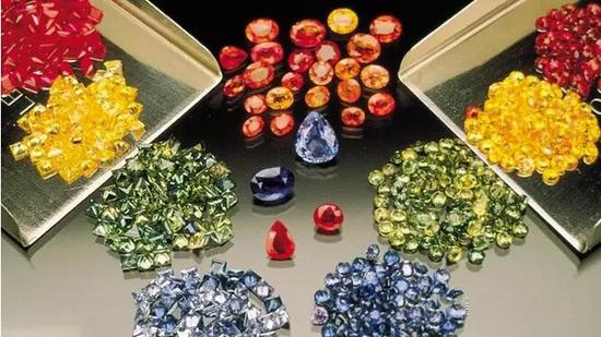 各种琢型和颜色的蓝宝石