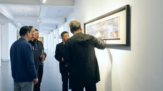 艺术家给来宾讲解自己的创作理念