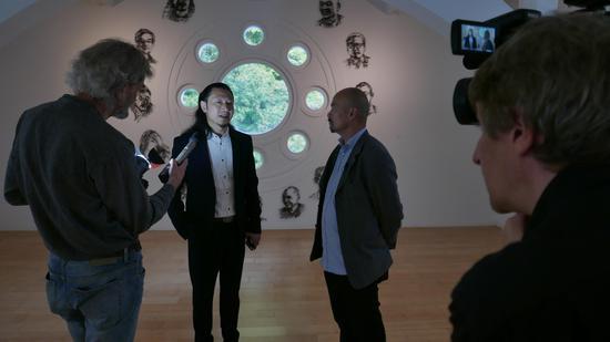 执行策展人、北京汉威国际艺术中心馆长张思永接受采访