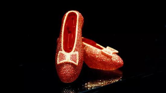 HARRY WINSTON 制作的镶有 4,600 颗红宝石的红宝石鞋