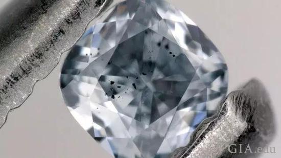 图1:蓝色含硼钻石,含有一种叫做铁方镁矿的深色矿物包裹体,作为本研究的一部分进行了检验。这颗宝石重0.03克拉。