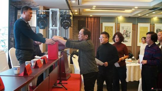 赤峰市文聯組聯部主任錢衛東同志監督并主持大會代表投票選舉