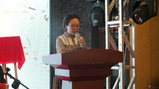 市文聯組聯部張雅琴宣讀《關于赤峰畫院院委會擬定名單》