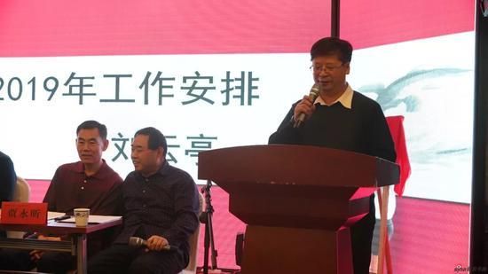 赤峰畫院院長劉云亭在大會中做《赤峰畫院2019年工作計劃》報告