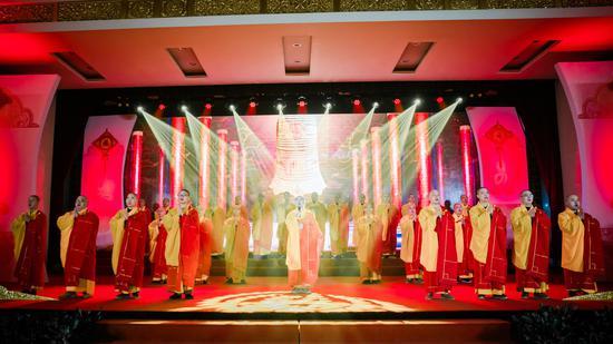 上海玉佛禅寺梵乐团的法师们也精心编排了佛教艺术和大众文化相结合的梵乐节目