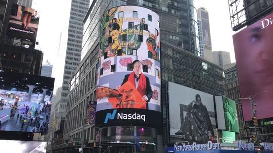 纳斯达克大屏幕推出中国艺术家张广才向全球人民拜年专题片