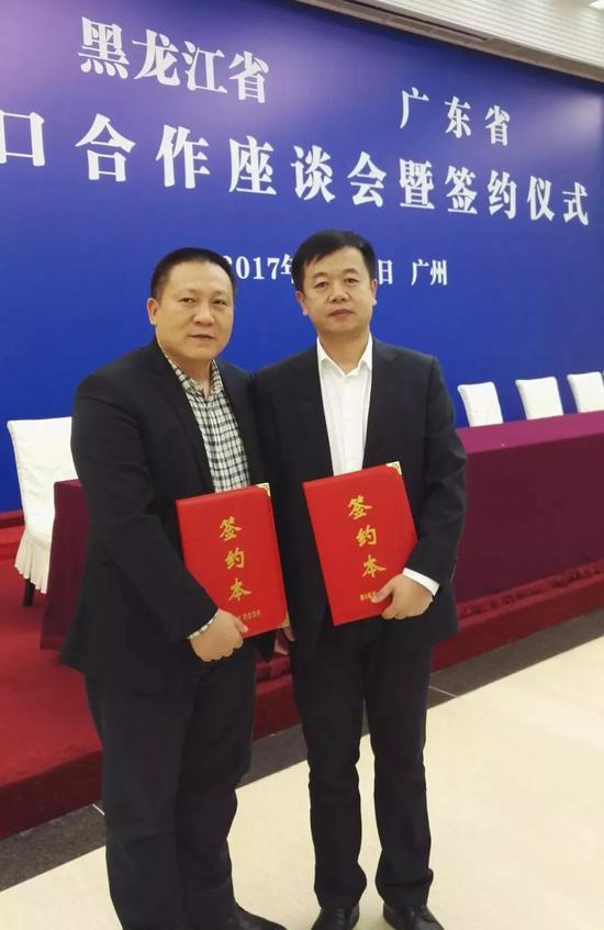 南方文交所总经理雷震与北方文交所总经理闫成杰进行签约