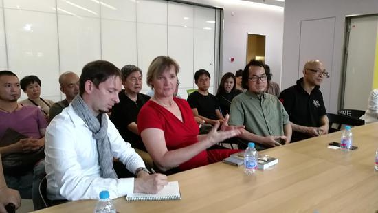 前排左起:德文翻译、德国女艺术家Doris。、陈耀明、吴晨荣。后排左起:顾文辉、吕嵘。