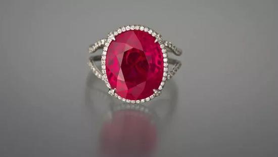 重 11.01 克拉的缅甸红宝石戒指