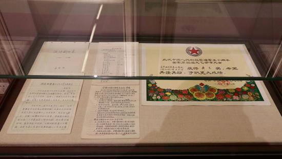 展出的手稿及奖状