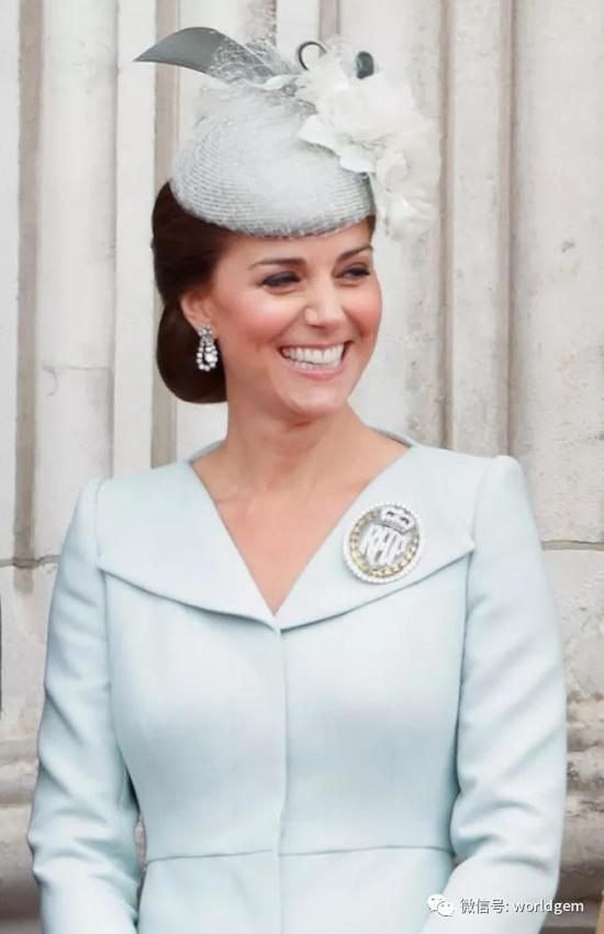 Kate Middleton穿戴荣誉空军指挥官胸针   照片:Max Mumby
