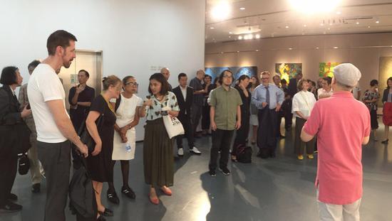 展览现场接待上海视觉艺术学院外国专家会议代表