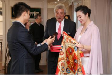 """华夫人国礼""""团队向法国苏玳市市长展示AR技术"""