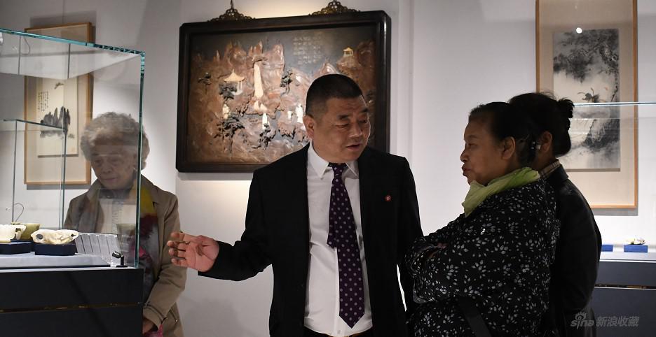 北京市文物鉴定委员会秘书长张如兰参观展品