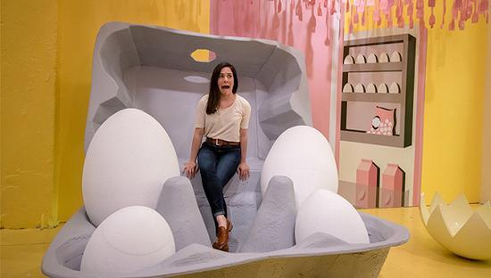 """""""鸡蛋屋""""给人的感觉不像一个展览,而更像游乐园里的奇幻屋。 图片来源:Xin Pan:The Egg House"""
