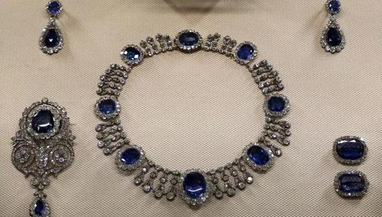 (卢浮宫博物馆中最耀眼的古董珠宝之一,这套镶嵌蓝宝石和钻石珠宝,曾属于Queen Hortense(拿破仑继女), Queen Marie-Amélie(法国女王)。