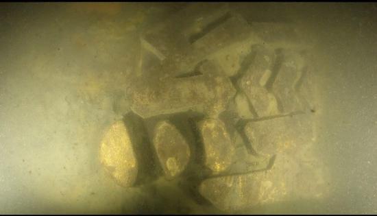 """悬挂于舰体舷侧的""""经""""字(国家文物局水下文化遗产保护中心供图)"""