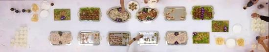Nobody Cares 没有人在乎,视频截图。作品拍下了客人们拿桌上食物的场景。