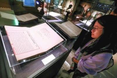 市民在国家典籍博物馆观看《永乐大典》原件