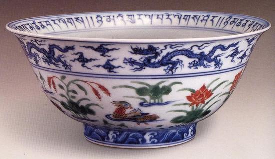 明宣德景德镇窑青花五彩莲池鸳鸯纹碗,现藏于西藏自治区萨迦寺
