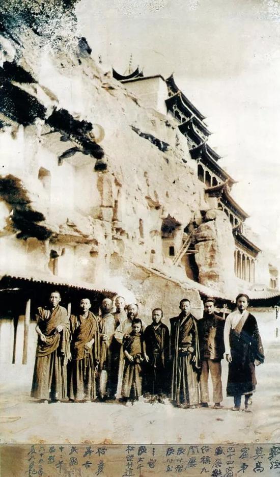 张大千与藏传佛教寺院僧人等摄于敦煌莫高窟